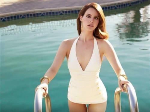 Lana-Del-Rey-hottie-in-pool