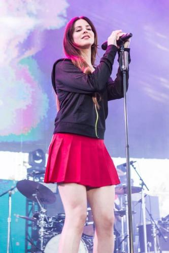 Lana-Del-Rey-sexy-red-skirt