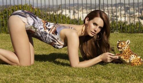 Lana-Del-Rey-with-tiger
