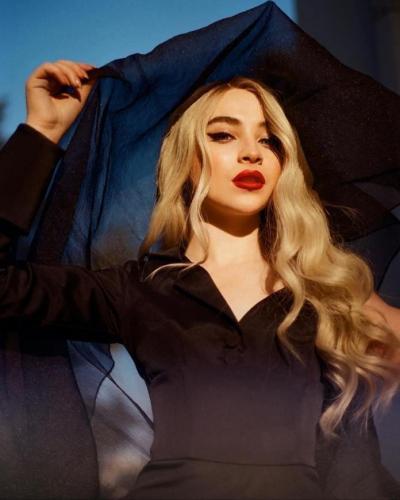 Sabrina-Carpenter-Red-Lips